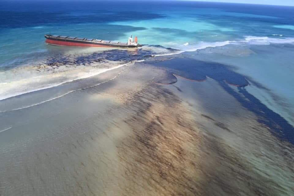 Bulk carrier sitting on reef off Mauritius starts to leak bunker fuel