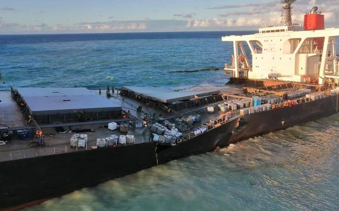 Wakashio splits in two off Mauritius